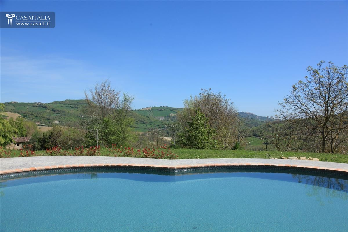 Marche - Farmhouse with swimming pool for sale