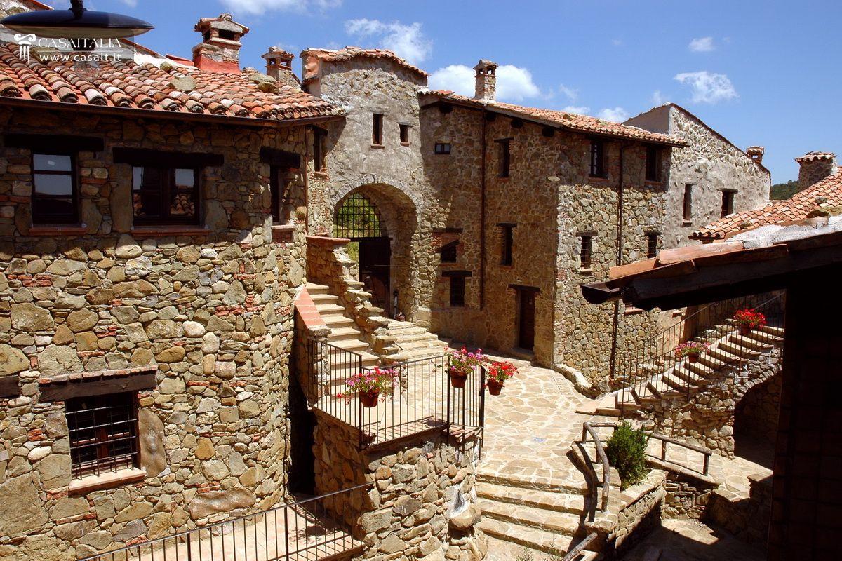 Entire hamlet for sale in umbria for Arredamenti perugia