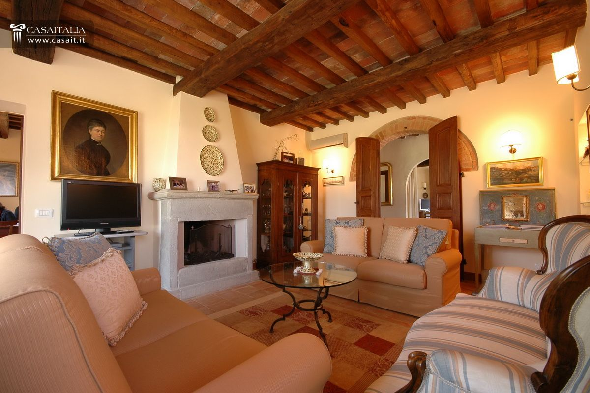 Traditional villa for sale in tuscany within a managed complex for Interni di casali ristrutturati