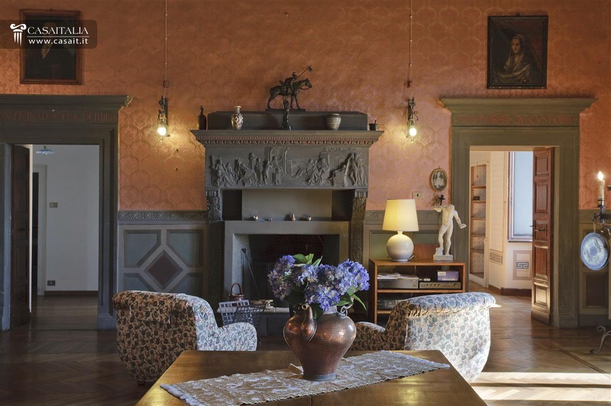 Historic palazzo for sale in spello for Soggiorno camino