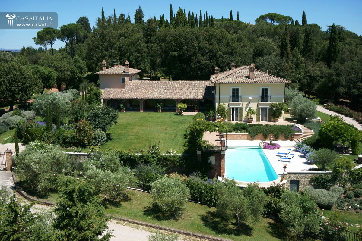 Villa for sale as bare ownership between umbria and tuscany for Berg piscine toscana
