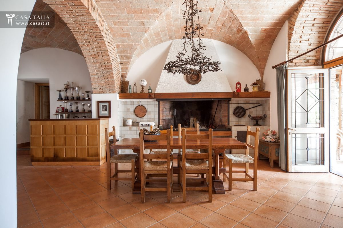 Villa with swimming pool, vineyard and olive grove, for sale 3 km ...