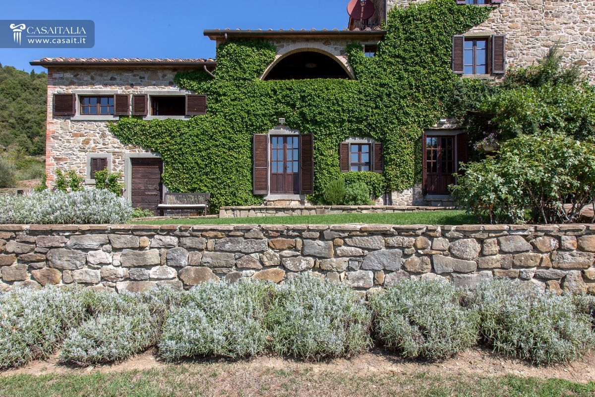 Farmhouse with olive grove for sale in the Valle del Niccone