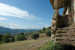 Farmhouse with olive grove for sale in Perugia