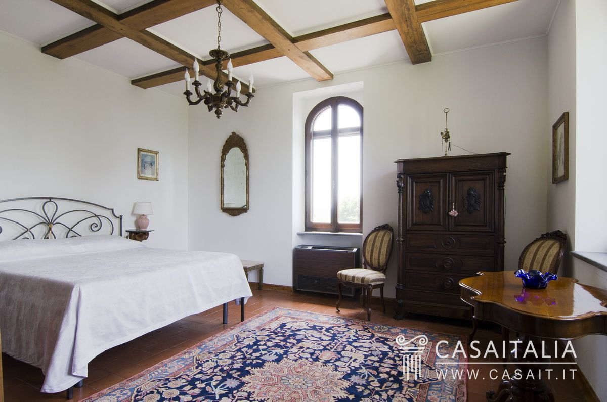 Villa with swimming pool and olive grove for sale in Umbria