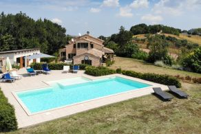 Villa with pool for sale in Le Marche, half an hour from the sea