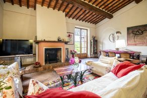 Country villa with swimming pool for sale in Tuscany