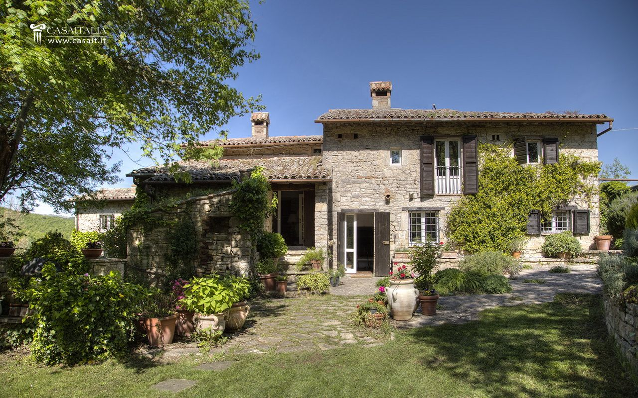 Umbria typical farmhouse with tower between todi and orvieto for Case in vendita perugia
