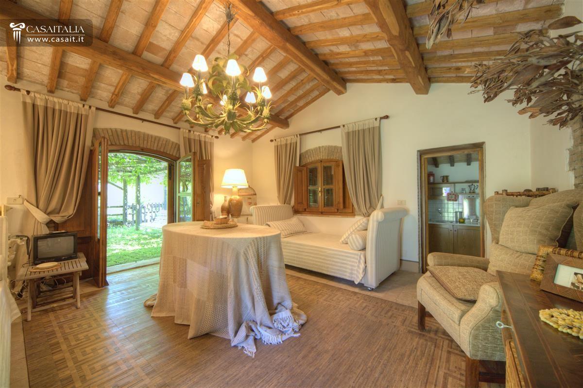 Farmhouse with swimming pool for sale near orvieto for Immagini interni case di campagna